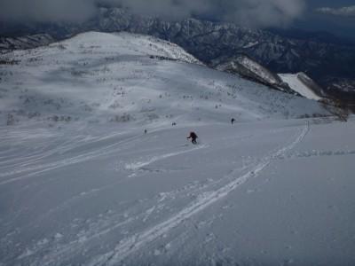 それでも快晴の大斜面の滑走を楽しみます